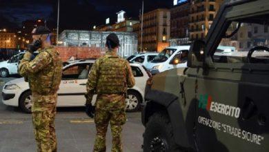 Photo of Napoli, piazza Garibaldi. Polizia ed esercito arrestano rapinatore