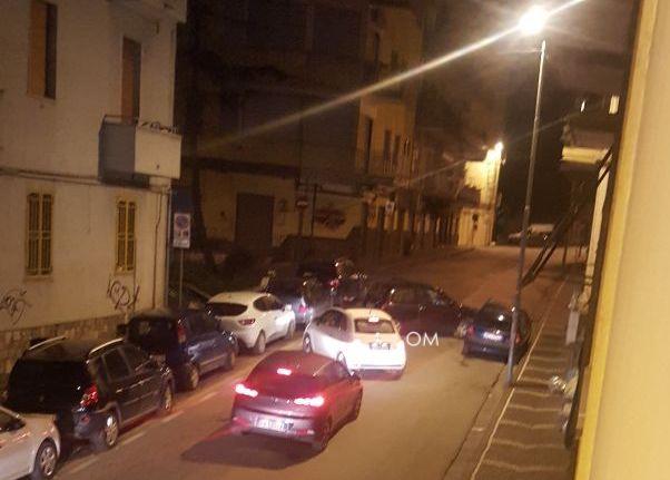 Photo of Castellammare. Giovane finisce contro un'auto parcheggiata e blocca la strada: caos in centro (FOTO)