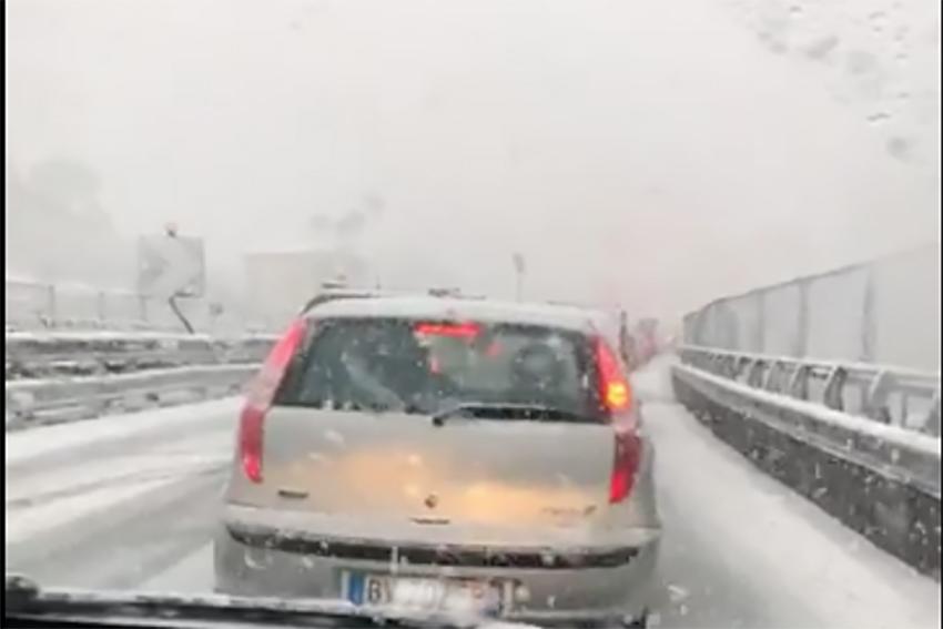Photo of Maltempo, neve a bassa quota. Autostrada Pompei – Salerno imbiancata: traffico rallentato