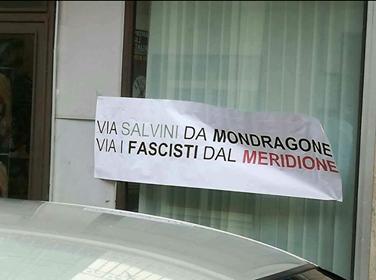 """Photo of Scritte contro Salvini a Mondragone: """"Via i fascisti dal meridione"""""""