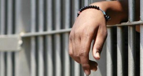 """Photo of Evade dai domiciliari e si fa arrestare: """"Meglio in carcere, almeno mangio"""""""