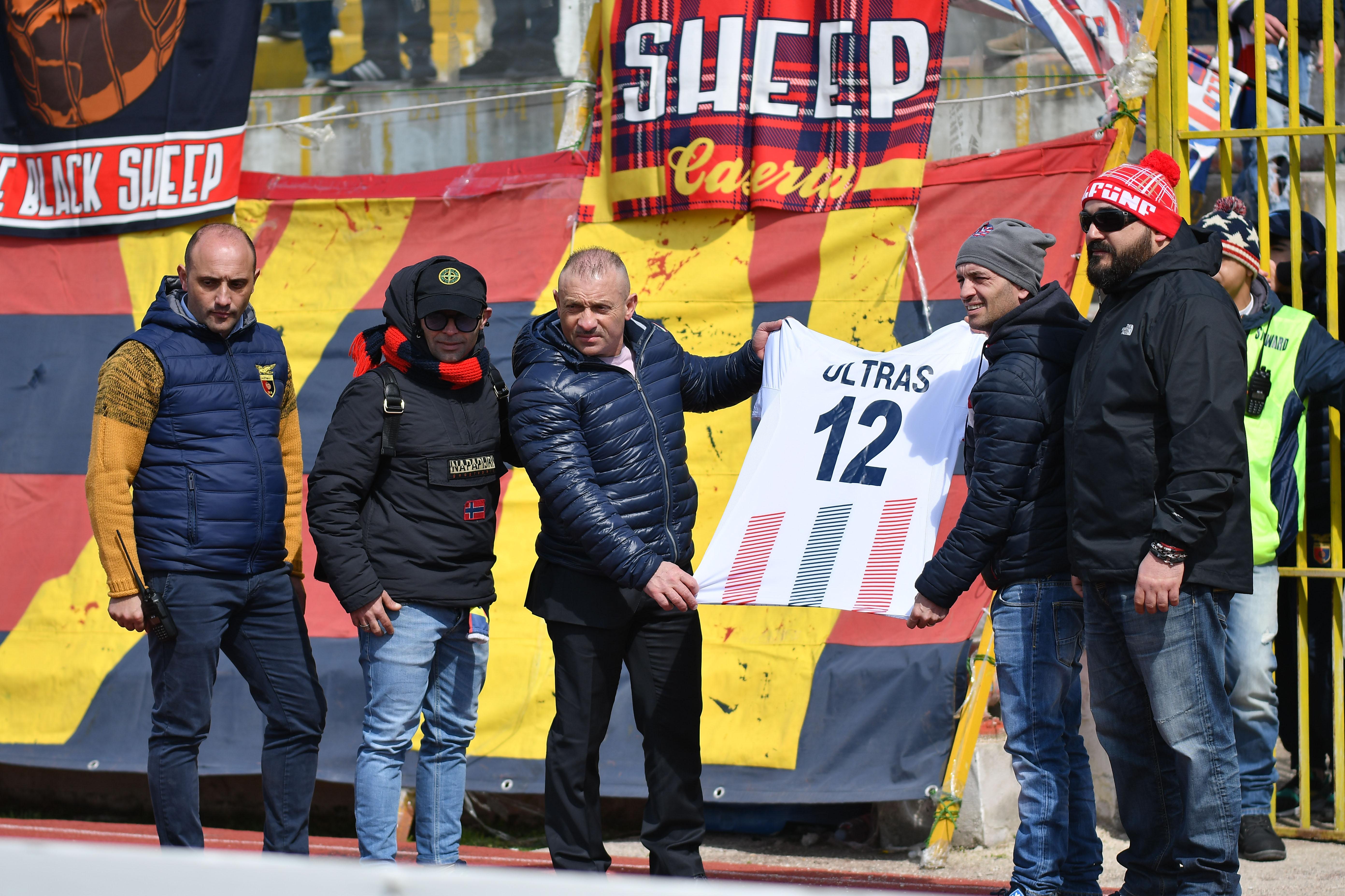 Photo of Scontri tra tifosi della Casertana e Lecce, aggredito il presidente Damiani