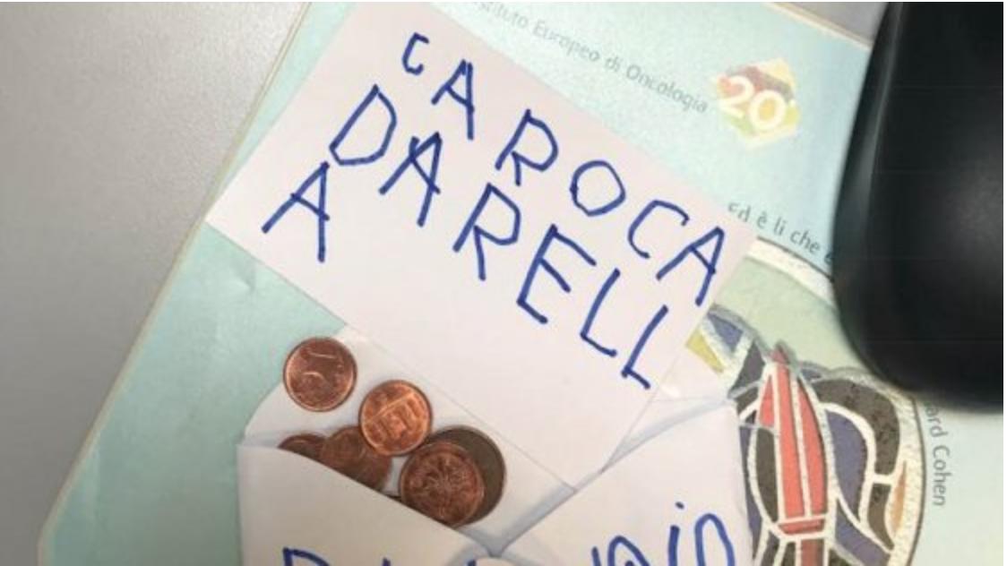 """Photo of Bambino di 5 anni regala i suoi risparmi al medico che ha curato la mamma: """"Sono per la ricerca"""""""