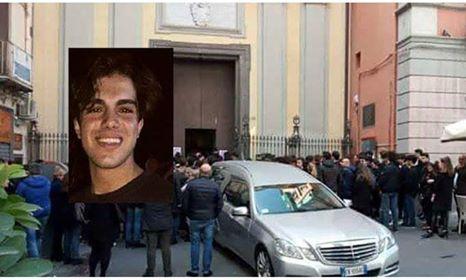 """Photo of Napoli, folla commossa al funerale di Nicola. Il parroco: """"Possa il signore premiarlo e tenerlo accanto a sé"""""""