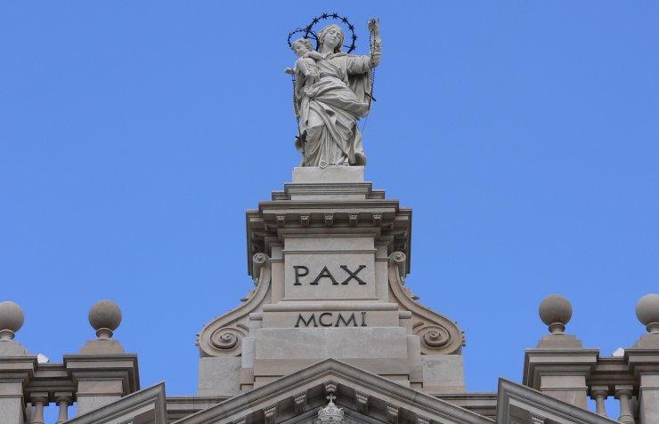 Pompei, la corona della statua del Santuario si sgancia e oscilla