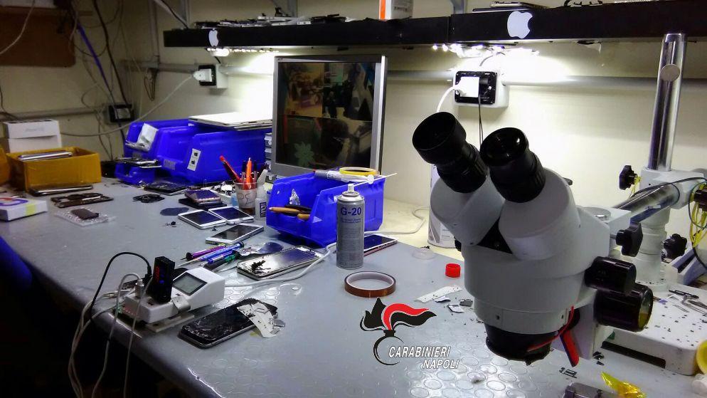 Photo of Casoria. Riciclaggio di Smartphone rubati, sgominato laboratorio clandestino (FOTO)