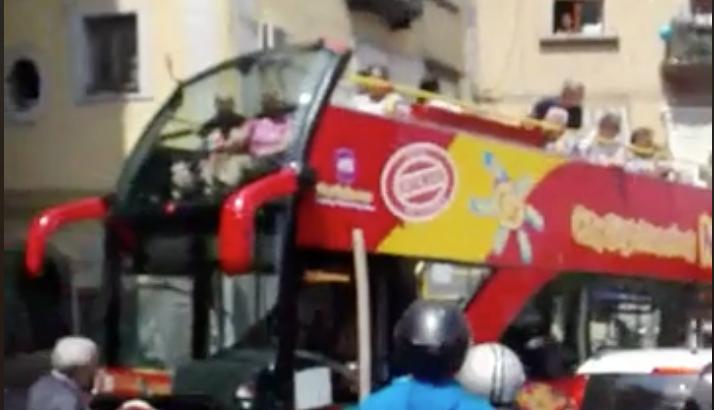 Photo of Napoli. Bus con turisti bloccati dalle auto in sosta selvaggia (VIDEO)