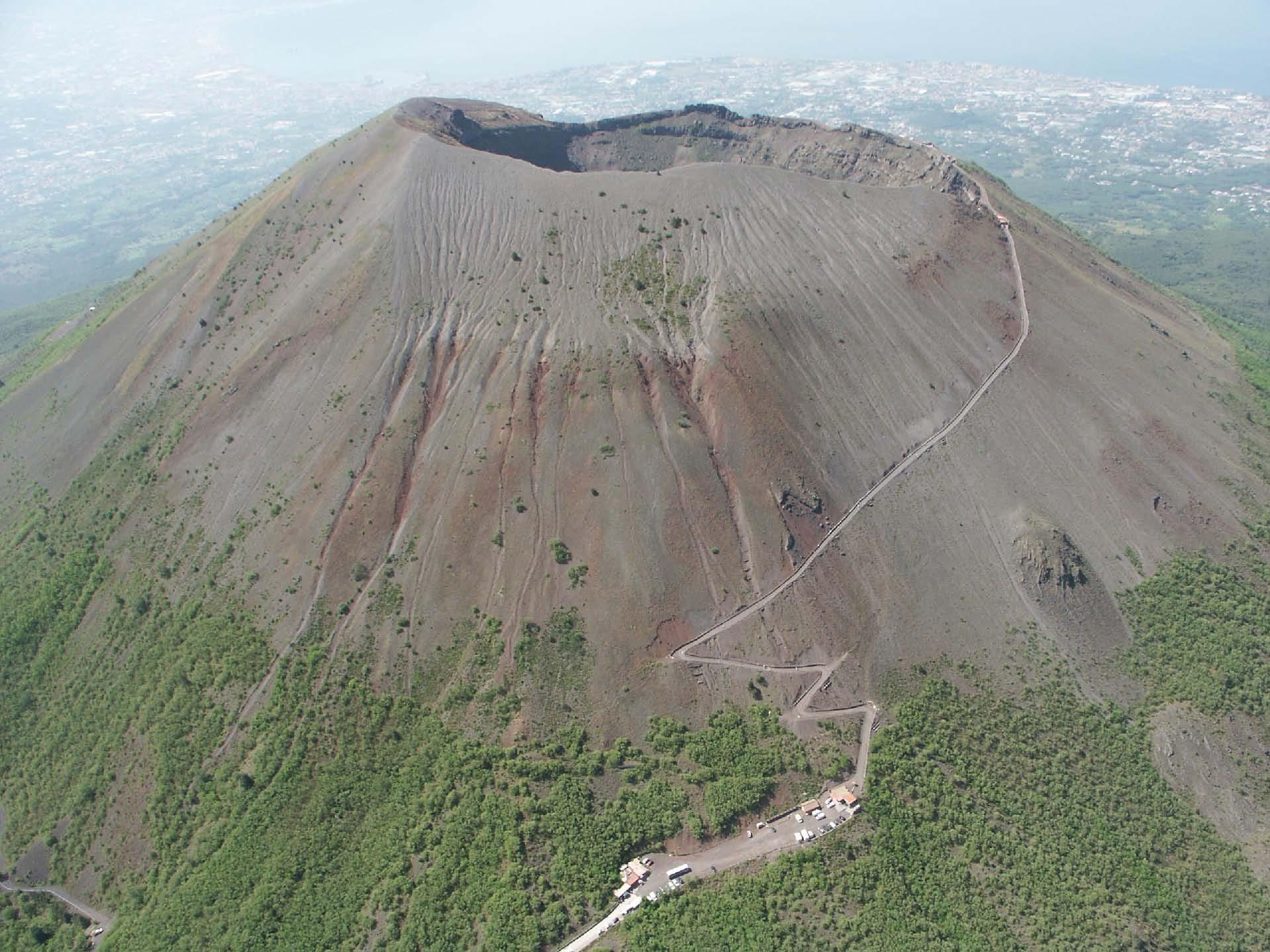 Photo of Lava di fango dal Vesuvio per le forti piogge: è allarme nel vesuviano