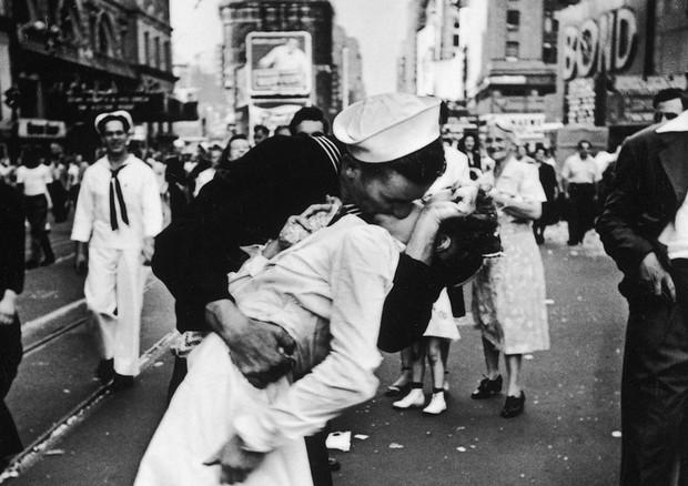 Photo of Giornata del bacio: il gesto più romantico di sempre viene celebrato in tutto il mondo…o quasi