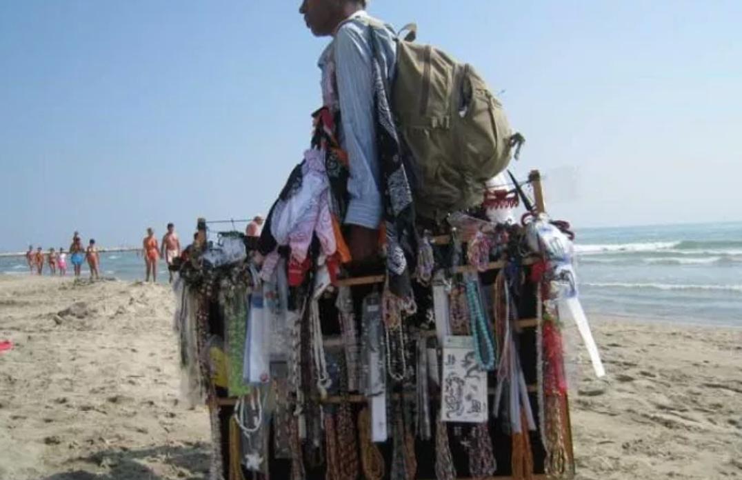 """Photo of Addestrato per ringhiare agli immigrati, cane """"razzista"""" nuovo idolo della spiaggia"""