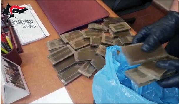 Photo of Napoli. Controlli dei carabinieri, trovati 3 kg di droga in un'edicola votiva