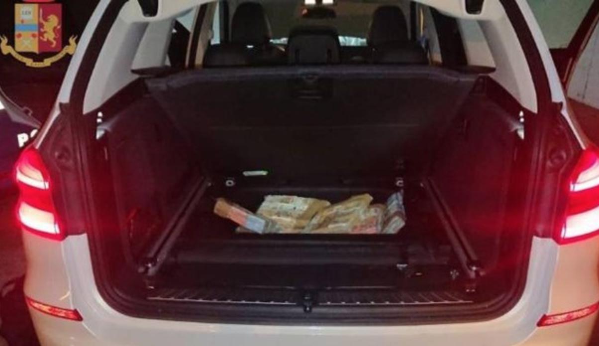 Photo of Scoperti con 550mila euro cash in auto: arrestati padre e figlio di Torre Annunziata