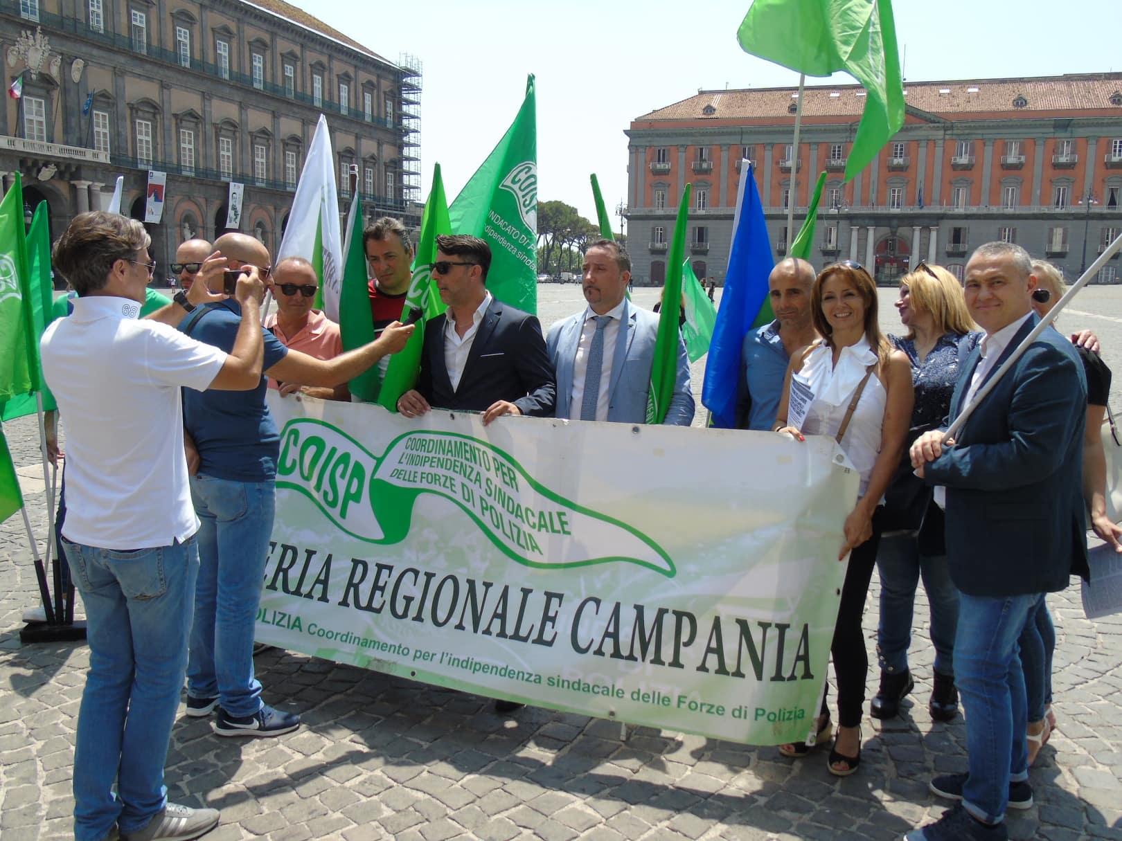 """Photo of Il sindacato di polizia Coisp in piazza, i cittadini: siamo con voi! Raimondi: Grande successo della manifestazione, ringraziamo i tanti cittadini partenopei che ci hanno espresso solidarietà"""" ."""