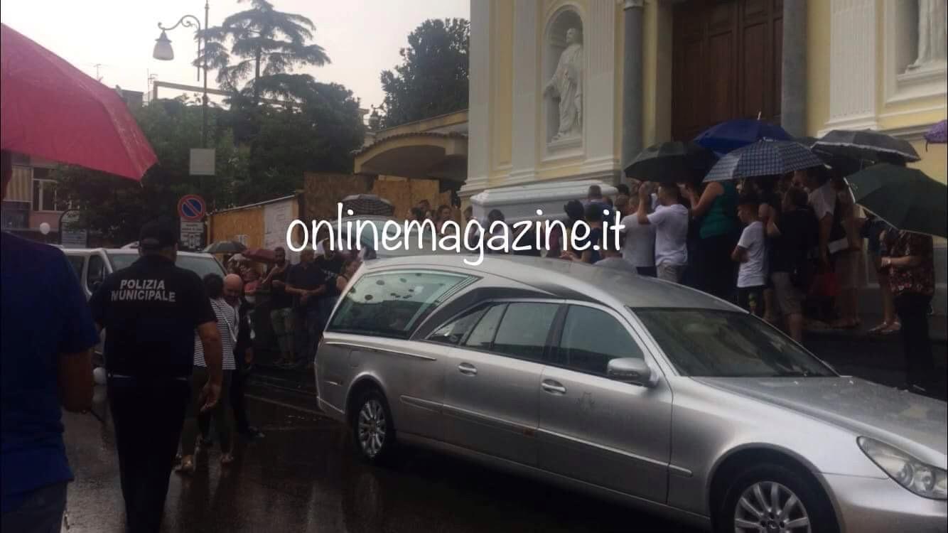 """Photo of """"Un'ingiustizia della vita"""", folla commossa saluta Enzo morto dopo un incidente in moto"""