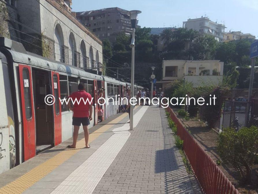 Photo of Puzza di bruciato sulle carrozze della Circum, si è temuto il peggio: treno bloccato a Vico Equense
