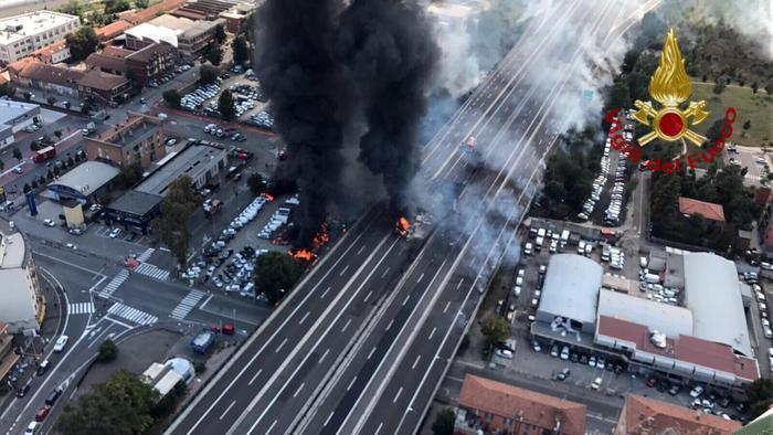 Photo of Tir esplode in autostrada: 1 morto, 67 feriti, 14 gravi