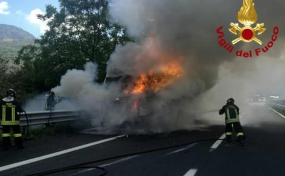 Photo of Panico sull' A16, a fuoco un tir  carico di ecoballe