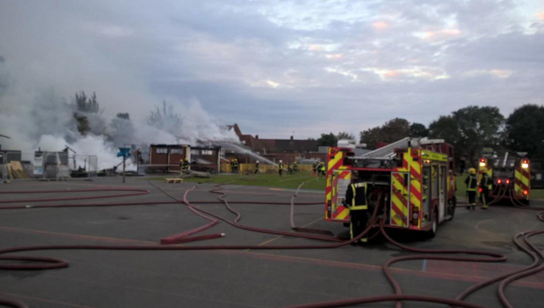 Photo of Maxi incendio in una scuola a Londra, a lavoro 80 pompieri