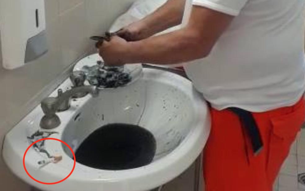 Photo of Pulisce le seppie nel bagno dell'ospedale, medico del 118 licenziato (IL VIDEO)