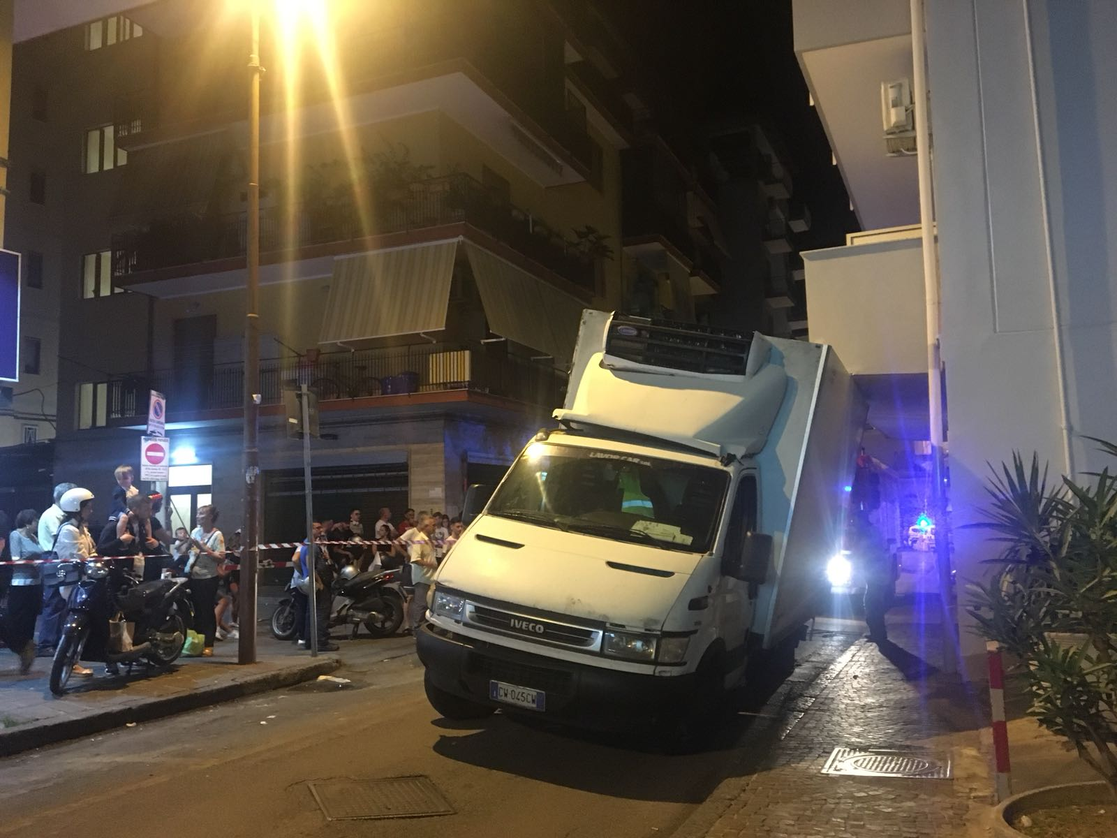 Photo of Castellammare. Camion si incastra sotto un balcone, viabilità bloccata (LE FOTO)