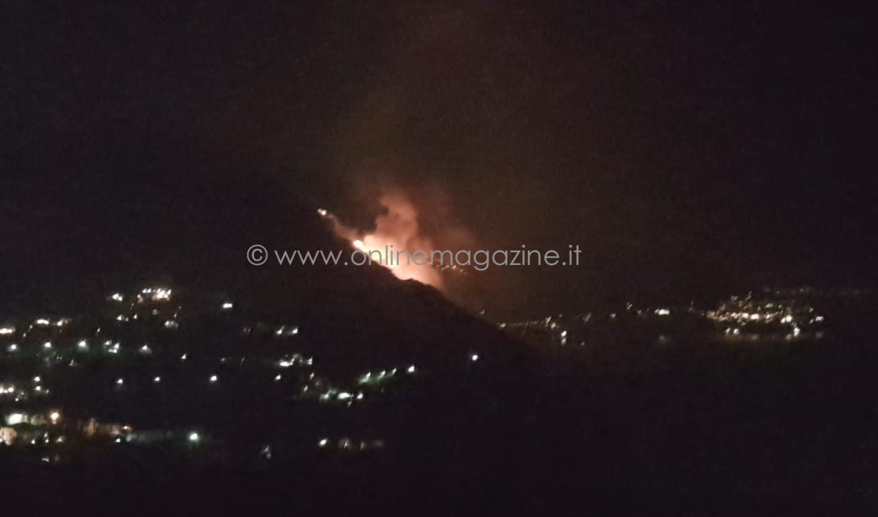 Photo of Spento l'incendio a Positano: riaperta la Statale Amalfitana