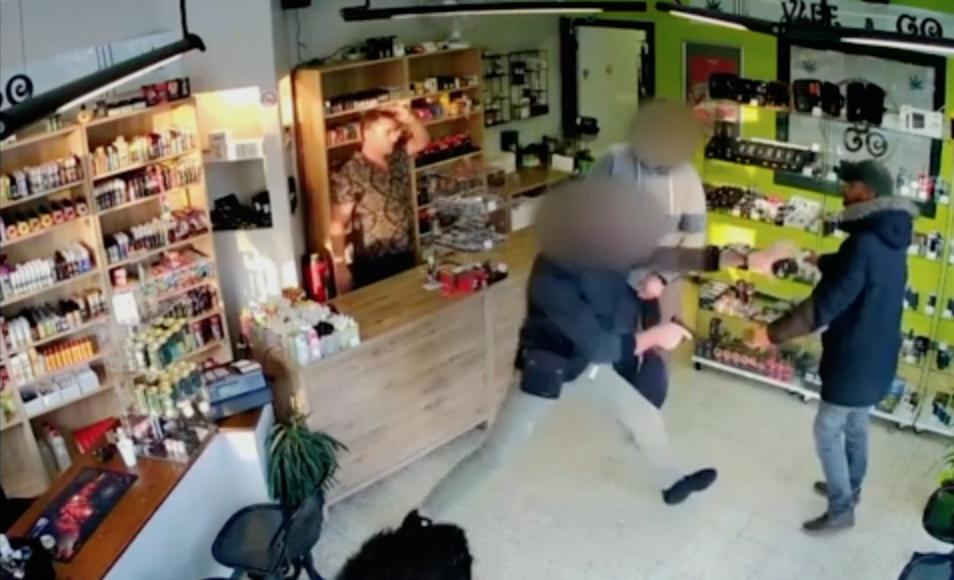 Photo of Commerciante convince i ladri a tornare più tardi, al ritorno però trovano la polizia