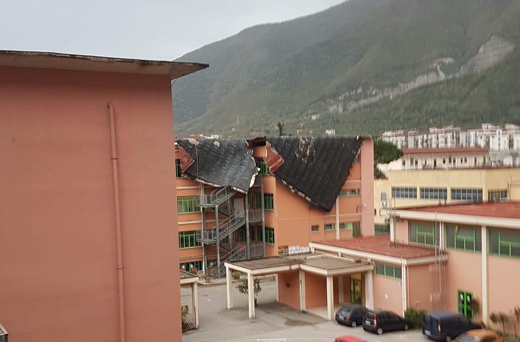 """Photo of Nocera. Il vento stacca la guaina dal tetto della scuola """"Solimena"""": nessun ferito"""