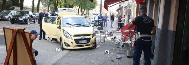 Photo of Auto piomba sui tavolini di un bar: perde la vita una 45enne