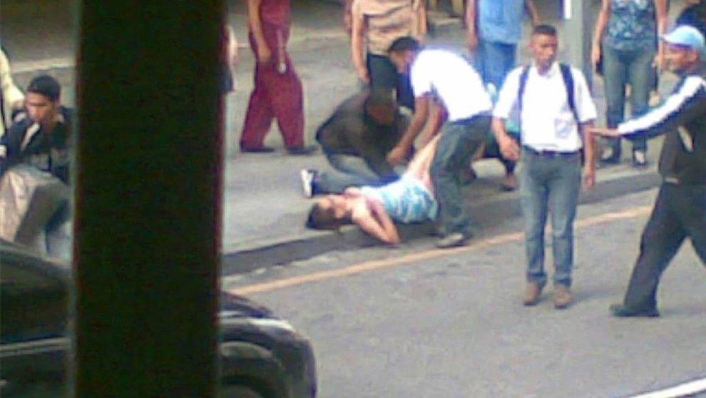 Partorisce in strada a Caracas: 'Non aveva soldi per la clinica'