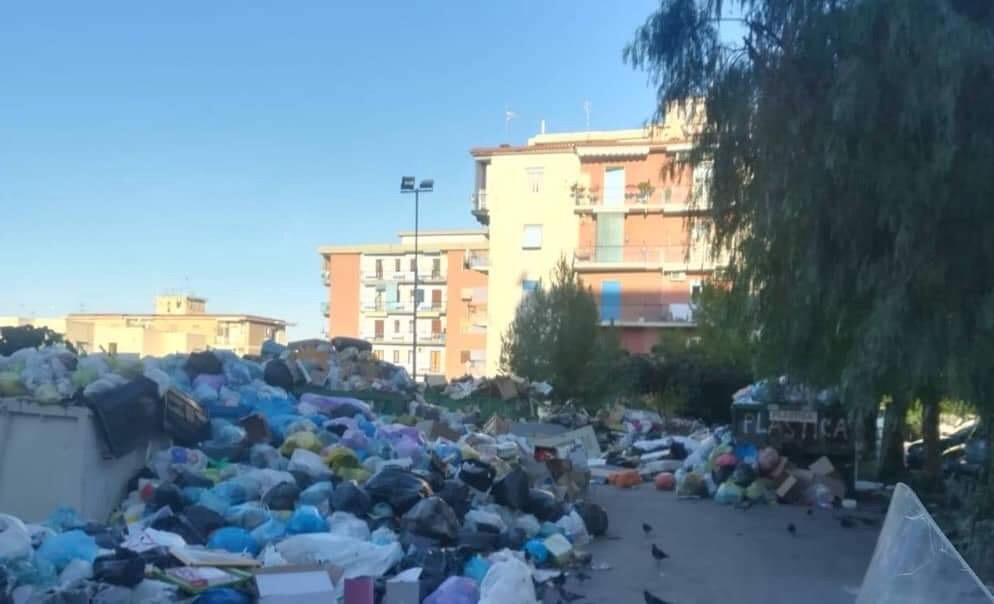 Photo of Torre del Greco. Rifiuti sotto l'istituto Sauro-Morelli: protesta dei genitori degli alunni