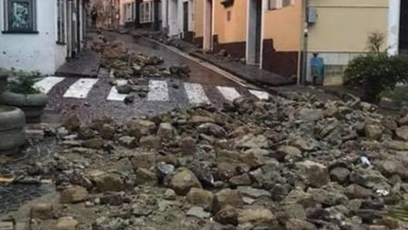 Photo of Maltempo nel napoletano, danni e disagi: cede muro di contenimento ad Ischia