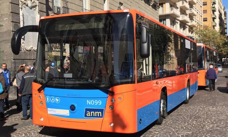 Photo of Napoli. Bus dell'Anm preso a sassate a Scampia