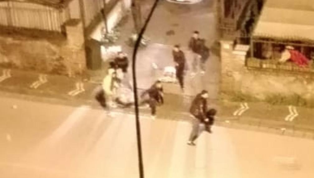 """Photo of Castellammare. Spazzatura contro le auto in transito, il nuovo """"gioco"""" dei ragazzini al San Marco"""