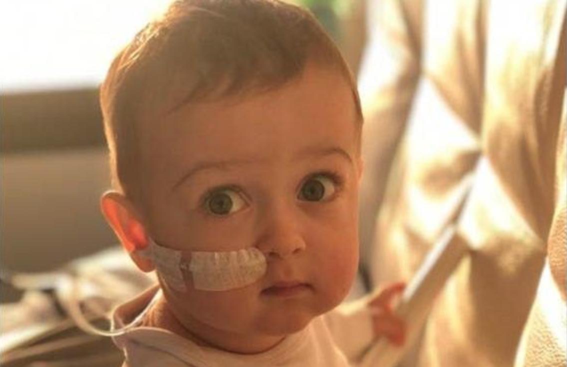 Photo of Il piccolo Alex è arrivato a Roma, da domani inizia l'iter per il trapianto di midollo osseo
