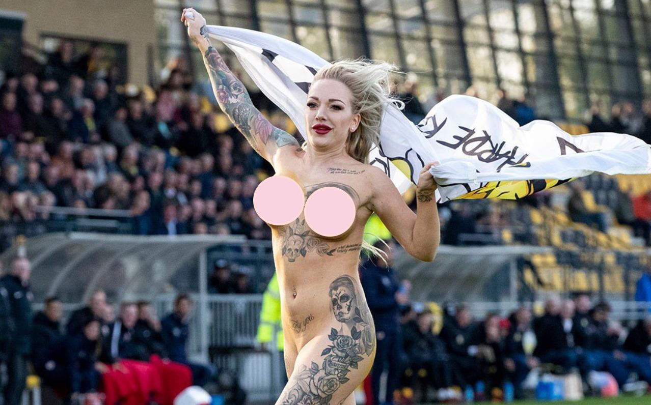Photo of Donna nuda invade il campo e fa impazzire tifosi e giocatori