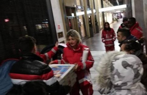 Photo of Prenotano e non ritirano 60 pizze, il titolare le dona ai senzatetto