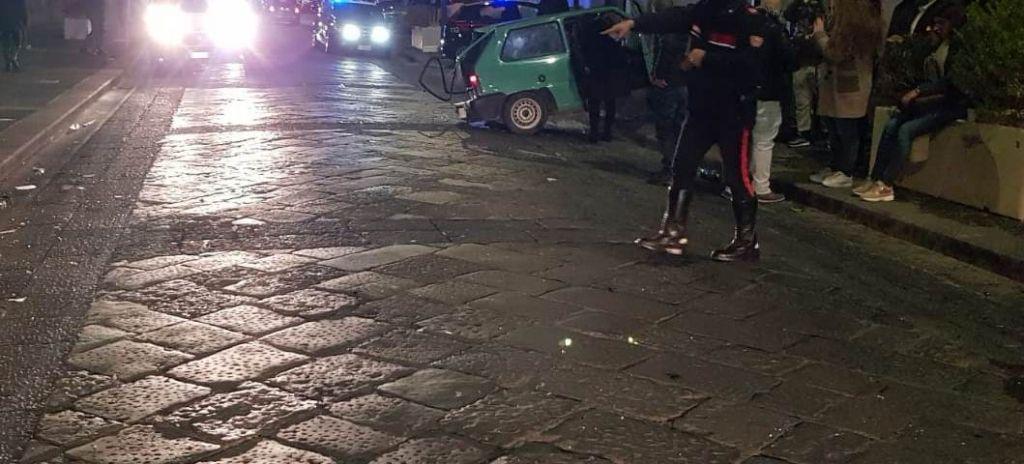 Photo of Guida senza patente, scappa da un posto di blocco e investe auto in transito: preso 18enne