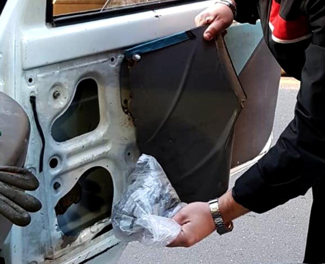 Photo of Meta. Scoperti con droga nello sportello del camioncino: carabinieri arrestano un 40enne e denunciano la sua complice
