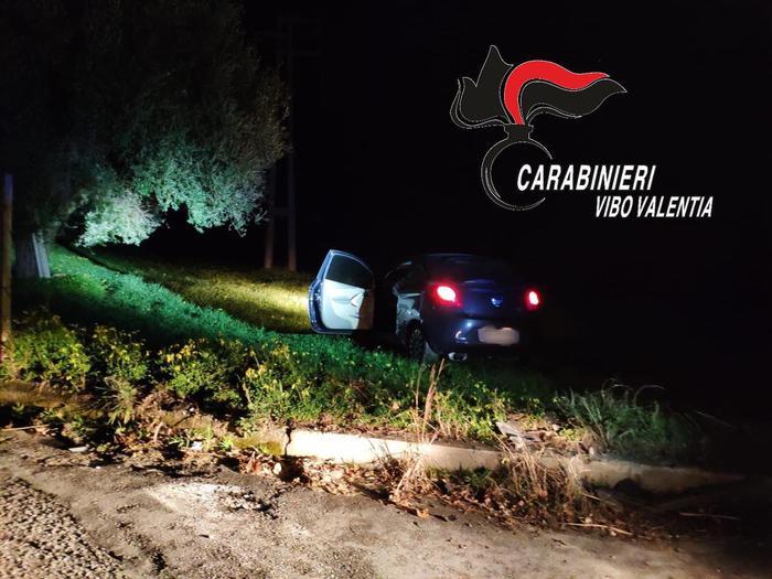 Photo of Vibo Valentia, ruba auto ma si schianta subito dopo