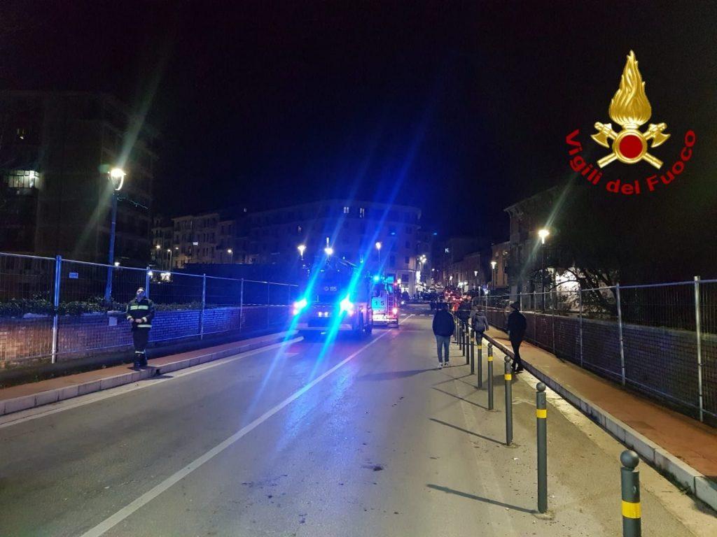 Photo of Napoli. Viene lasciata dal fidanzato nel giorno di San Valentino e tenta il suicidio dal ponte di Chiaiano: salvata dai carabinieri e vigili del fuoco