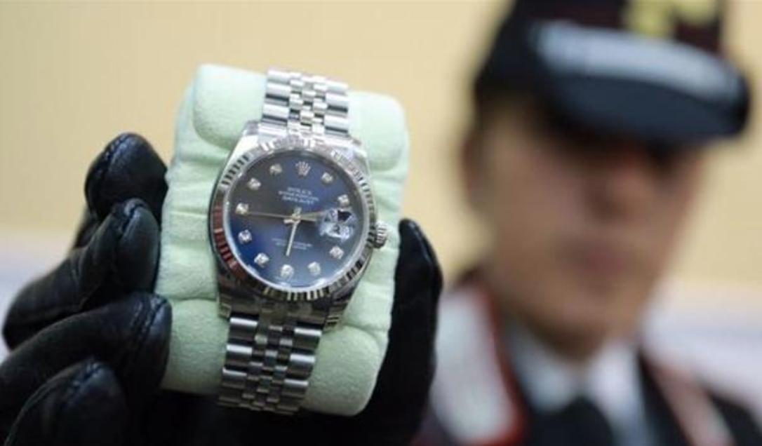 Photo of Trovati 75mila euro in contati e 4 Rolex a casa del figlio del boss
