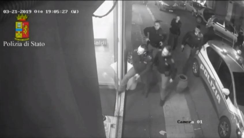 Photo of Minaccia commessa all'interno del negozio: la Polizia ferma l'uomo (VIDEO)
