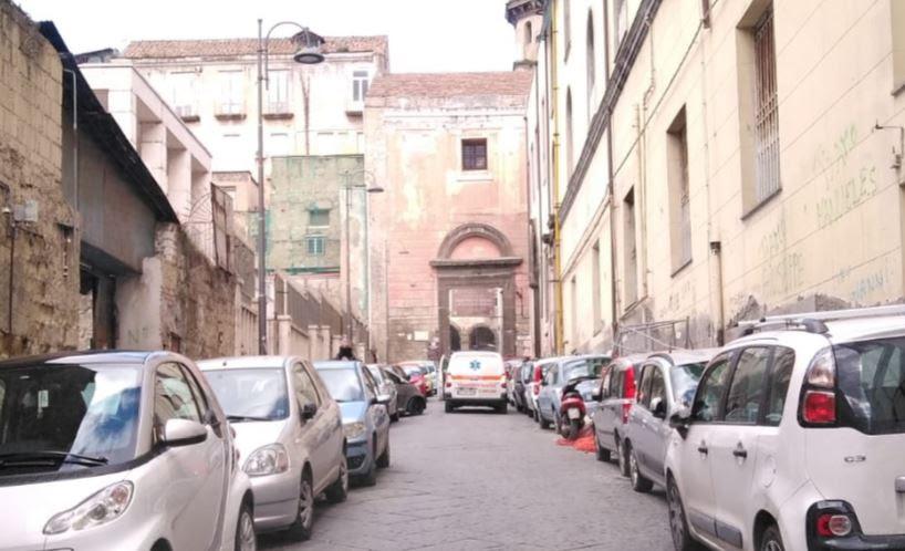 Photo of Napoli, la sosta selvaggia gestita dai parcheggiatori abusivi blocca un mezzo per il trasporto del sangue