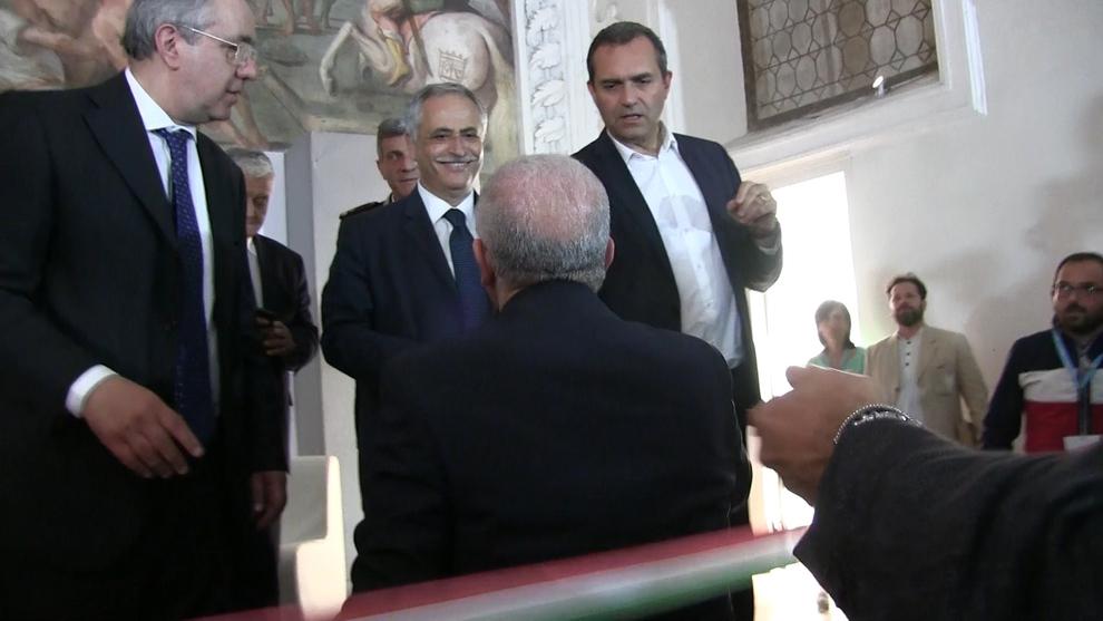 Photo of Napoli. Stretta di mano tra De Luca e de Magistris al salone del libro