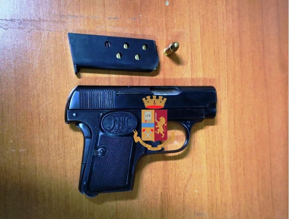 Photo of Napoli. Controlli ai baretti a via Chiaia: 18enne trovato con una pistola, arrestato