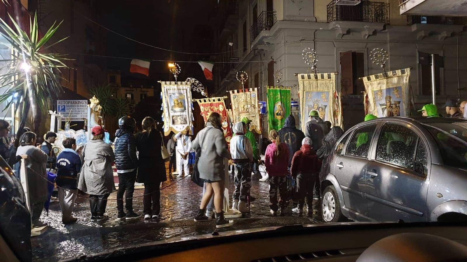 """Photo of Processioni abusive dei """"fujenti"""" continuano a mandare in tilt le strade di Napoli"""