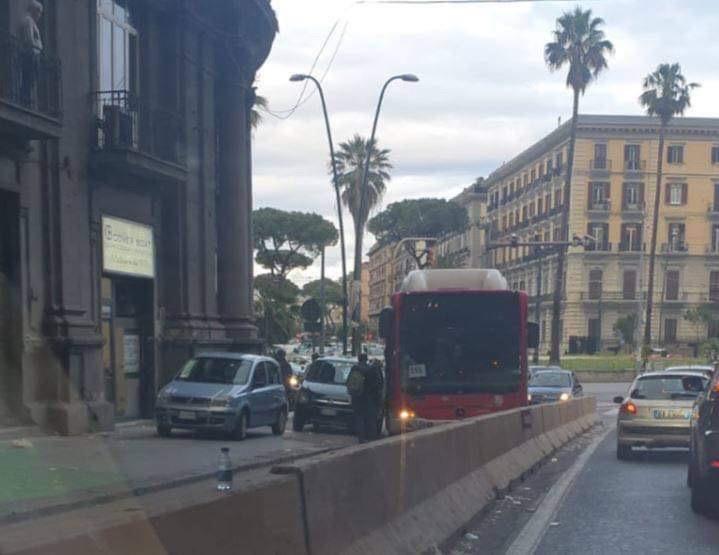 Photo of Vergogna a Napoli, autobus dell'Anm bloccato dalla sosta selvaggia in corsia preferenziale all'ingresso della Galleria Laziale