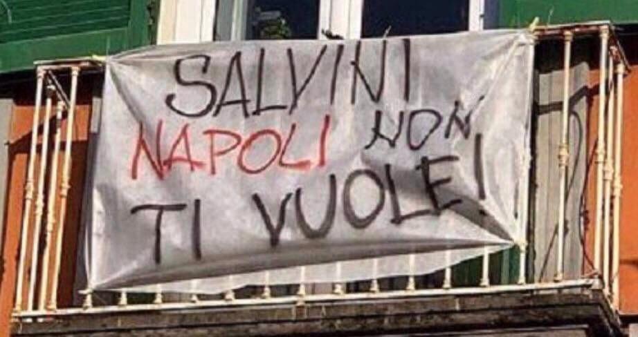 Photo of Napoli. Spuntano striscioni per l'arrivo di Salvini
