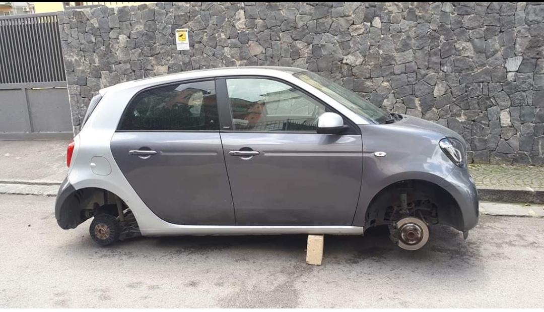 Photo of Gragnano. Ladri rubano le ruote delle auto in pieno centro: l'indignazione sui social