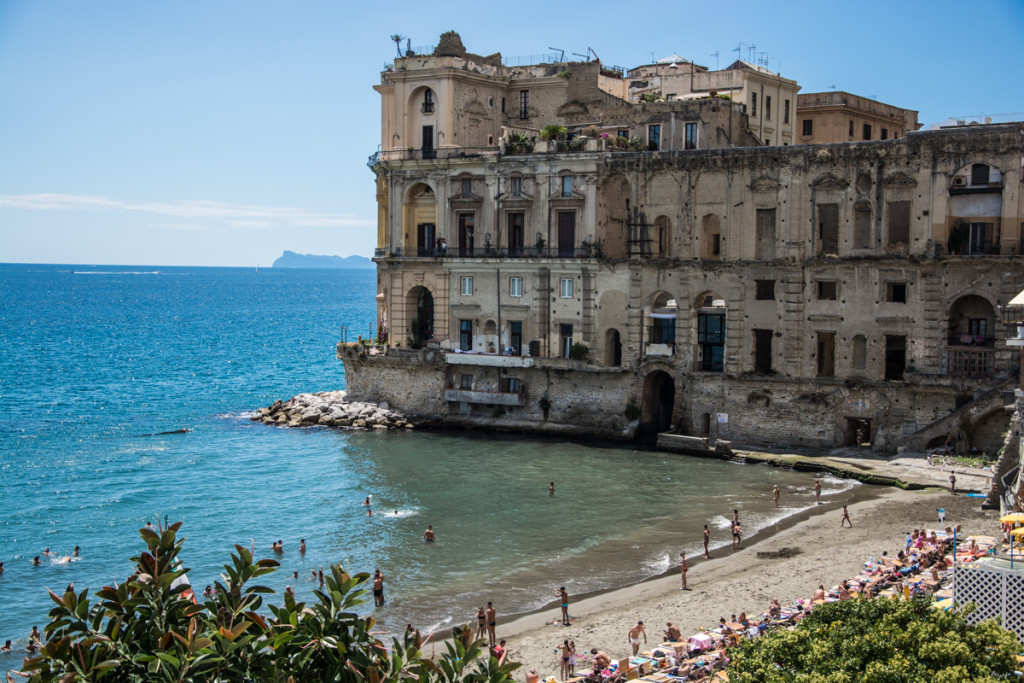 Photo of Napoli. Tenta di stuprare una 14enne su una spiaggia di Posillipo: bloccato il responsabile